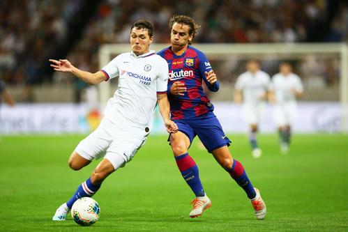 バルセロナ対チェルシー 前半、競り合うチェルシーDFクリステンセン(左)とバルセロナFWグリーズマン(撮影・足立雅史)