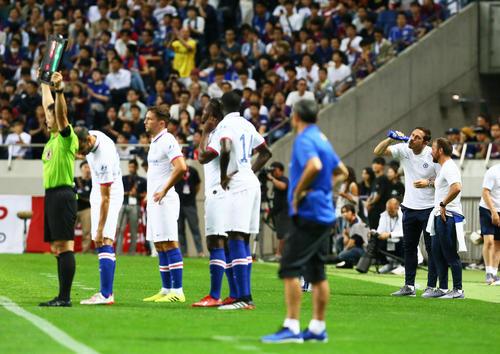バルセロナ対チェルシー 後半、複数人の選手交代を告げピッチ脇で水を飲むチェルシーのランパード監督(右から2人目)(撮影・足立雅史)