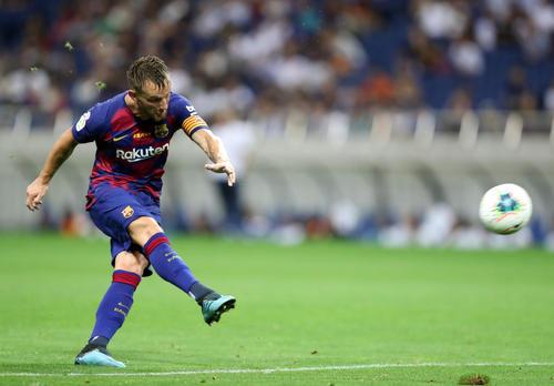 バルセロナ対チェルシー 後半、直接フリーキックでゴールを狙うバルセロナMFラキティッチ(撮影・狩俣裕三)