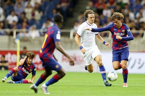 バルセロナ対チェルシー 前半、チェルシーDFダビド・ルイス(中央)と激しくボールを奪い合うバルセロナFWグリーズマン(右)(撮影・狩俣裕三)