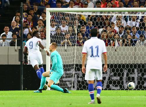 バルセロナ対チェルシー 前半、先制のゴールを決めるチェルシーFWアブラハム(左)(撮影・足立雅史)