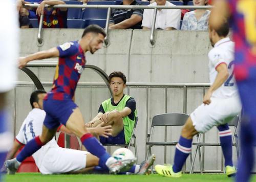 バルセロナ対チェルシー 後半、ベンチ横からプレーを見つめる安部(撮影・狩俣裕三)