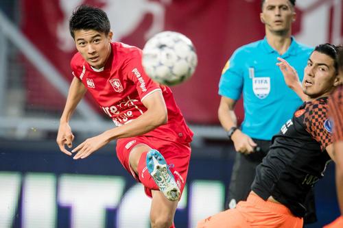 3日、PSVアイントホーフェン戦の前半、ゴールを決めるトウェンテの中村(ゲッティ=共同)