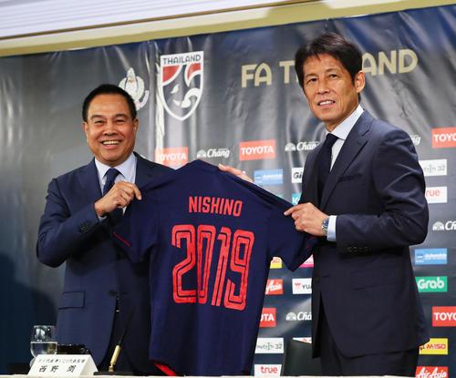タイ代表監督およびU-23代表監督に就任し笑顔を見せる日本代表前監督の西野氏。左はタイサッカー協会のソムヨット会長(2019年7月19日撮影)