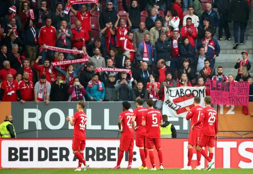 試合後、声援に応えるBミュンヘンの選手たち(ロイター)