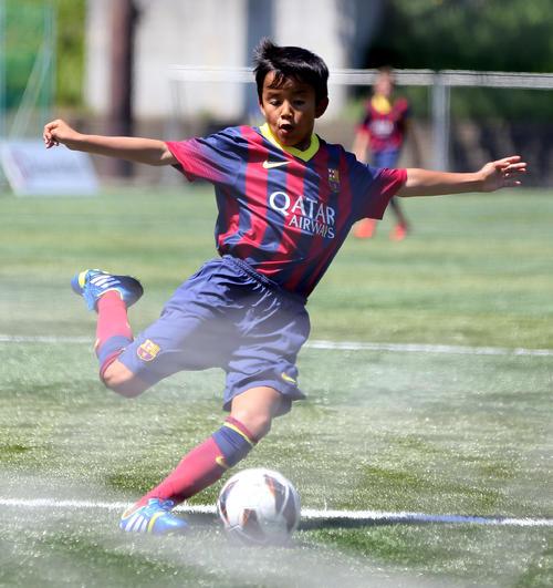 13年8月、U-12ジュニアサッカーワールドチャレンジの仙台戦でシュートを放つバルセロナ久保