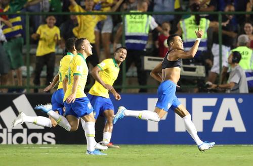 後半44分、決勝点を決めたブラジルDFラザロ(右)(ロイター)