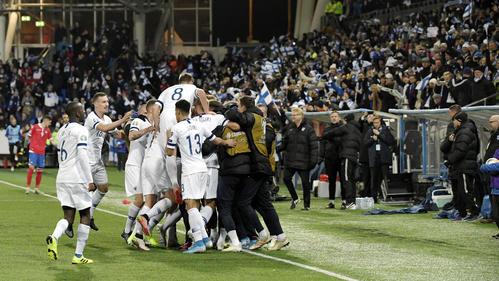 ゴールを喜ぶフィンランドの選手たち(ロイター)