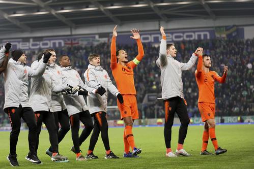 声援に応えるDFファンダイク(中央)らオランダの選手たち(AP)