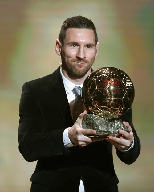 6度目となる「バロンドール」を受賞した、アルゼンチン代表のメッシ(AP=共同)