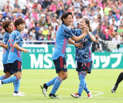 日本対南アフリカ 前半、熊谷(右から2人目)は先制ゴールを決め笑顔を見せる。右は長谷川(19年11月10日撮影)
