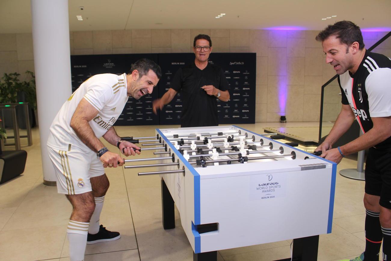 ゲームに興じるフィーゴ氏、カペッロ氏、デル・ピエロ氏(左から)