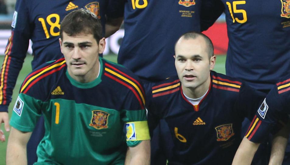 スペイン代表時代のGKカシリャス(左)とMFイニエスタ(2010年7月11日撮影)