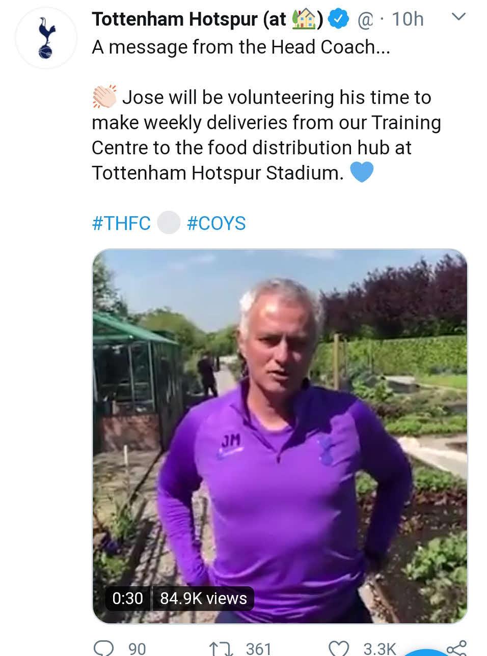 クラブ公式ツイッターで、練習場の菜園前から食料を届けることを表明したトットナムのモウリーニョ監督(トットナム公式ツイッターより)
