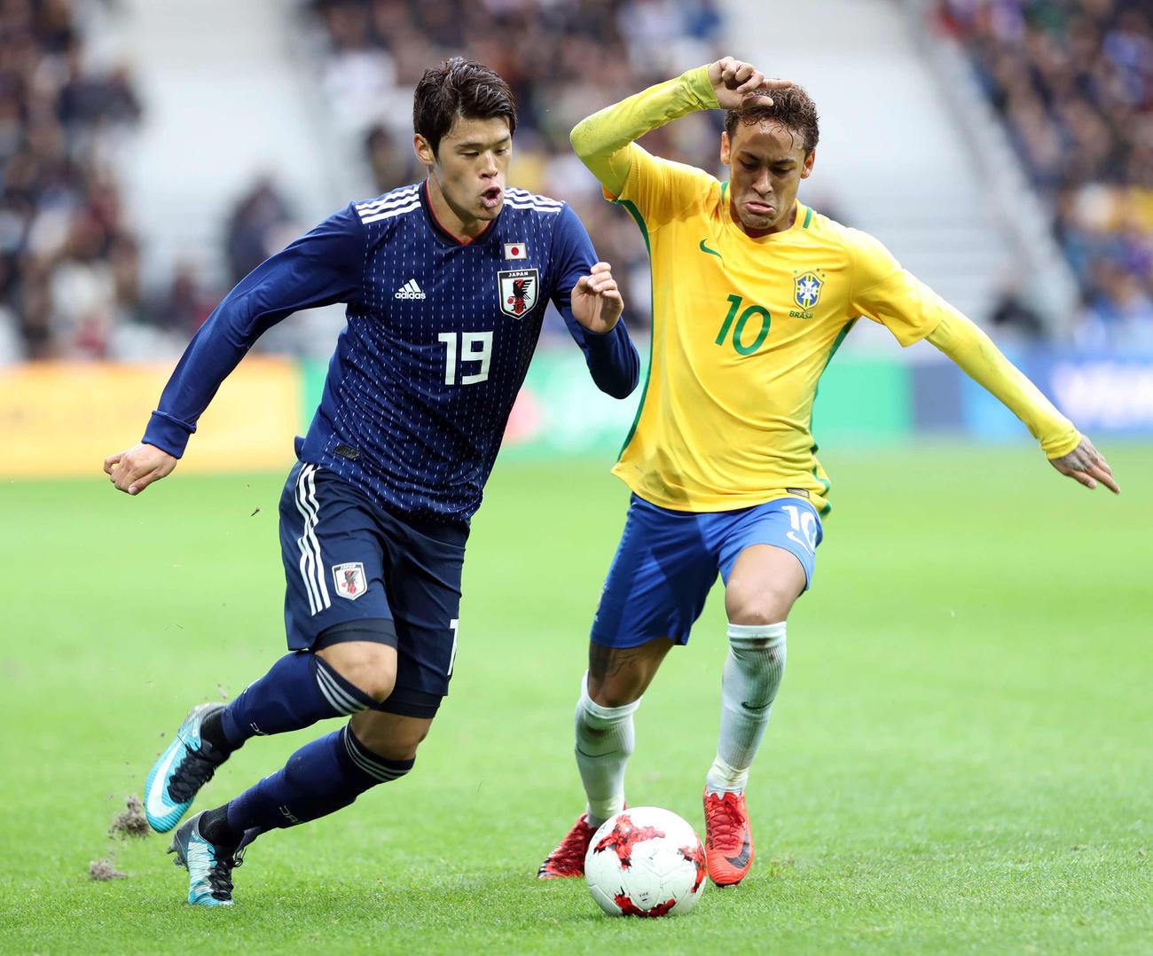 国際親善試合 日本対ブラジル 前半、ネイマール(右)と競り合う酒井宏樹(2017年11月10日撮影)