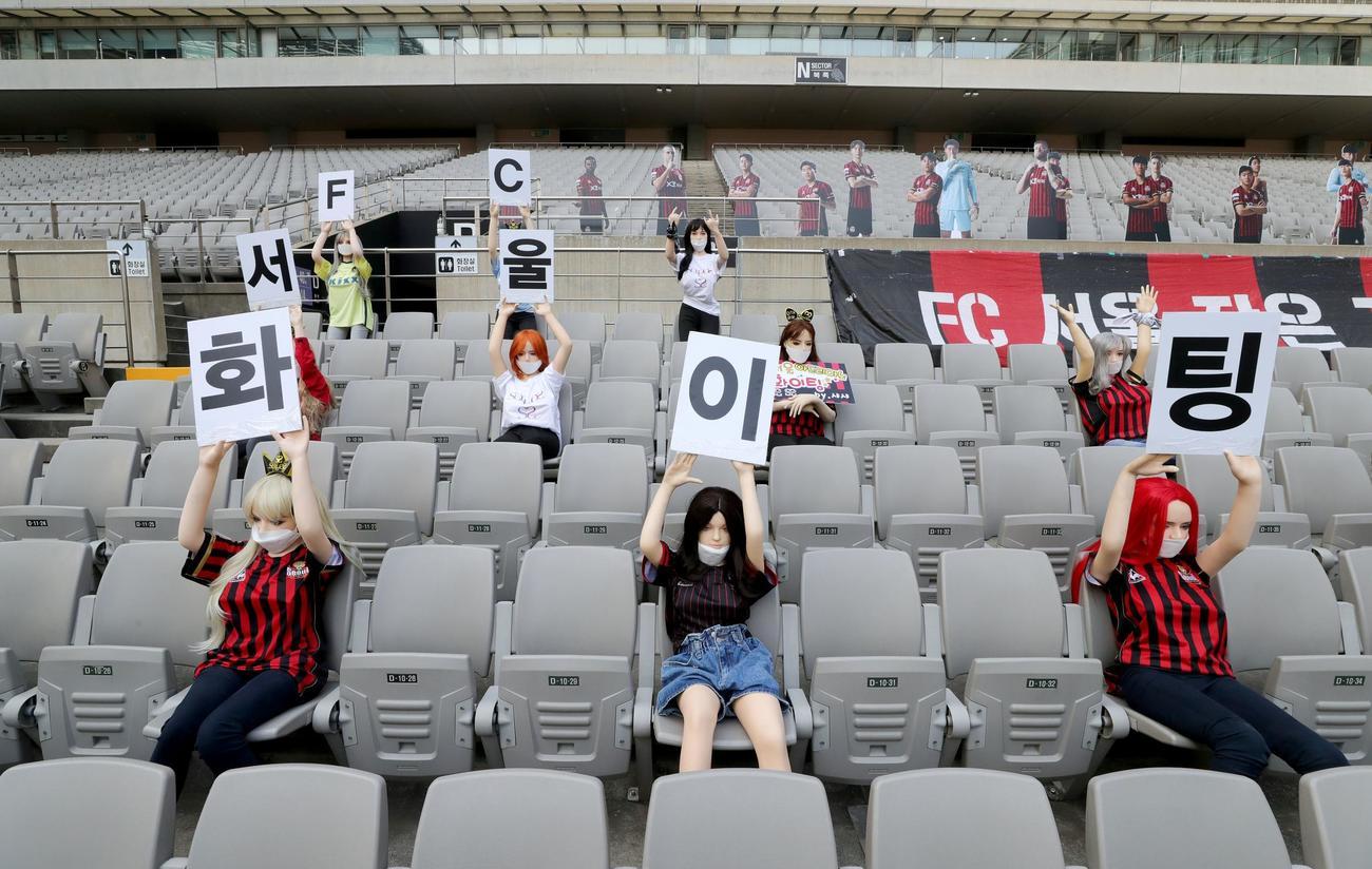 韓国KリーグのFCソウル対光州FC、ファンの代わりに設置されたマネキン(ロイター)