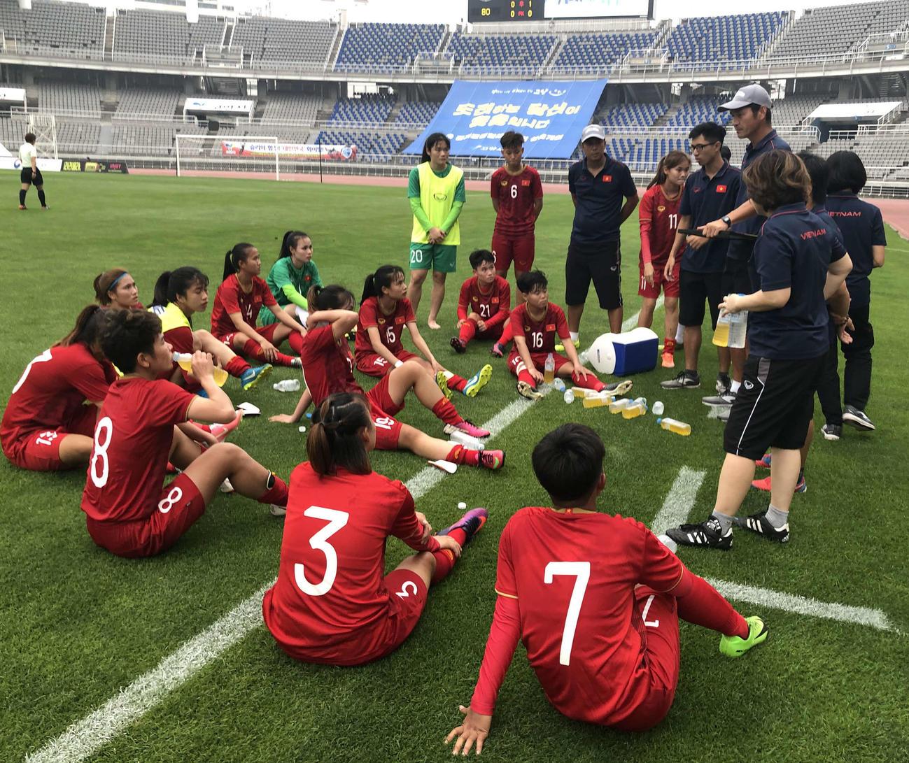 井尻氏の話を聞くベトナム人選手たち