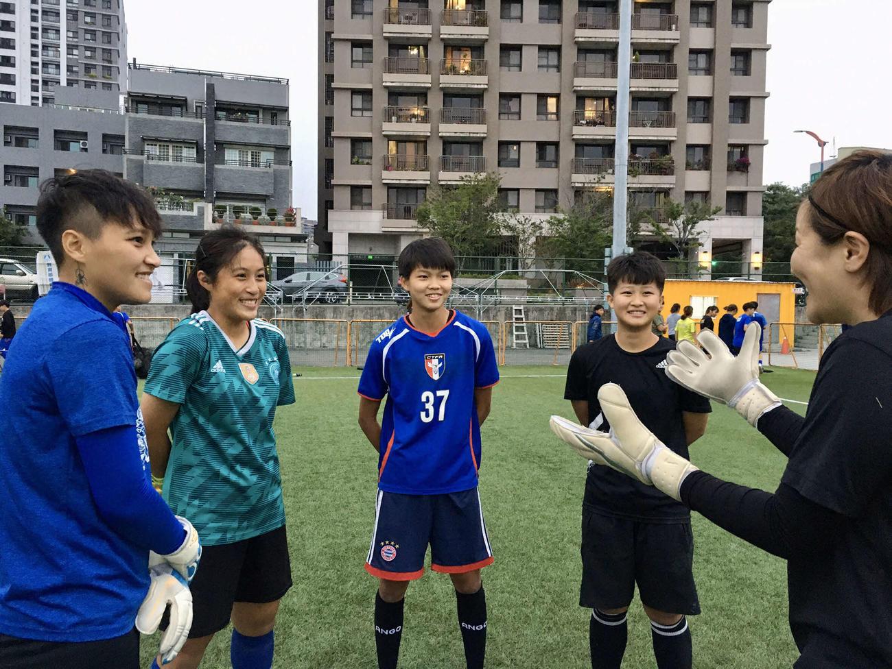 台湾人人選手に指導する大友氏(右端)