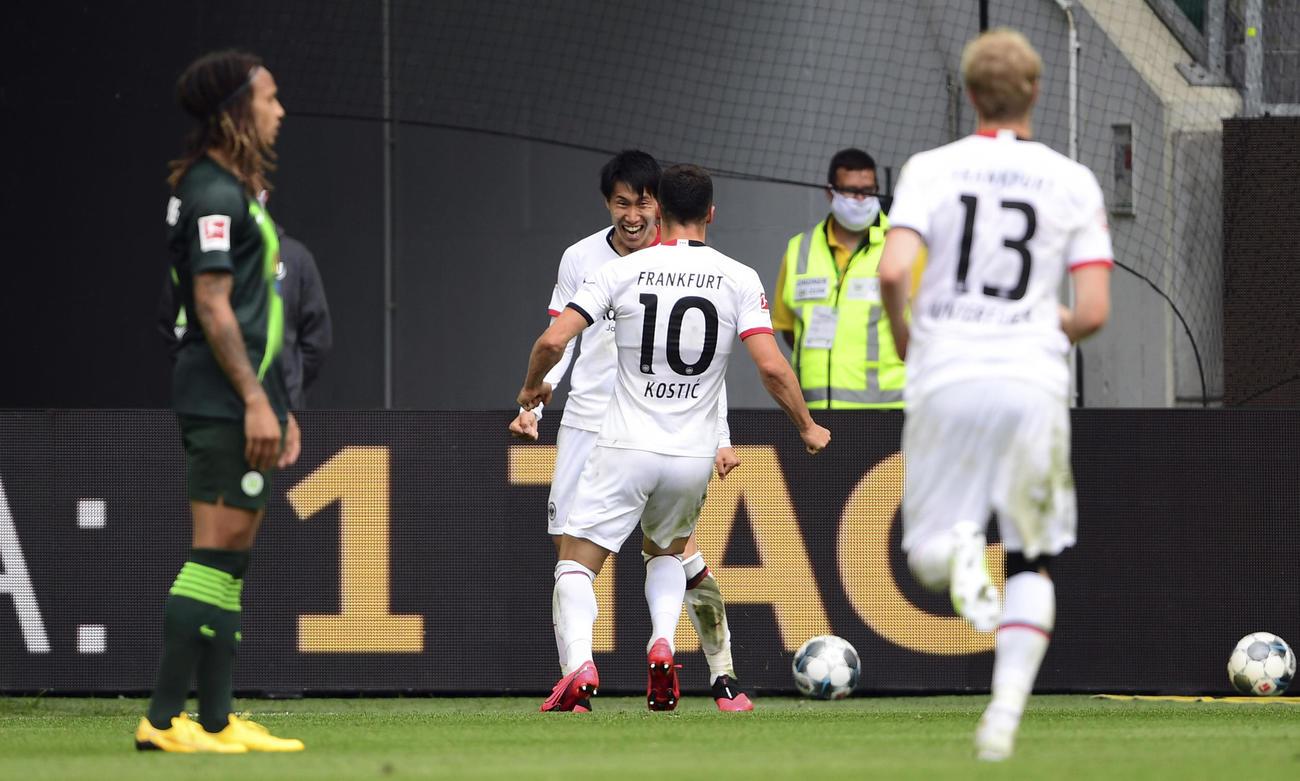 ウォルフスブルク対Eフランクフルト 決勝ゴールを決めた鎌田大地(左から2人目)は祝福を受ける(AP)