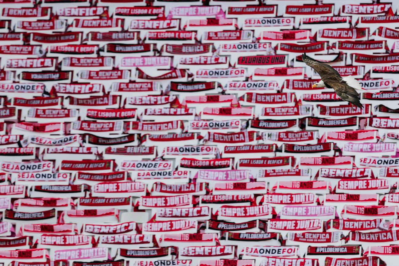 ベンフィカ-トンデラ戦のスタンドにはベンフィカの赤と白のタオルマフラーが置かれた(ロイター)