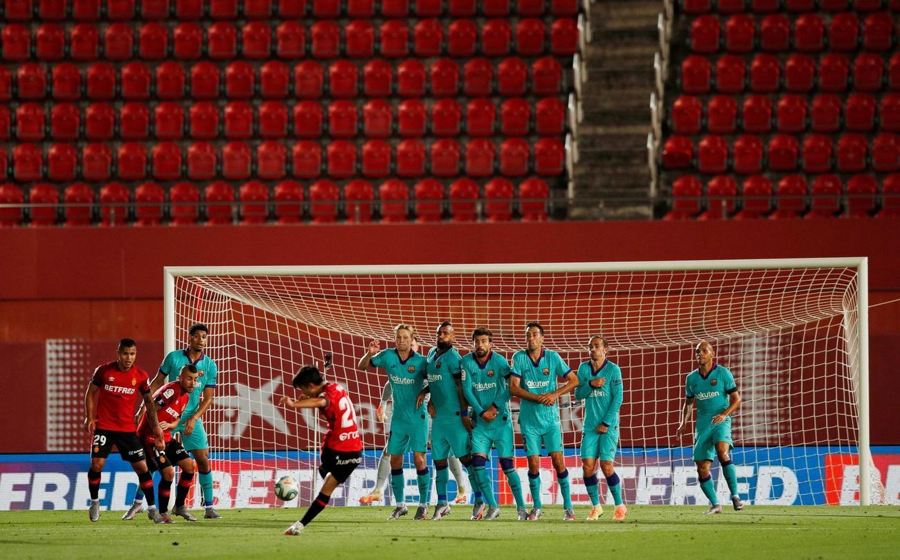 前半31分、FKでゴールを狙うマジョルカMF久保。壁は抜けたがGKテアシュテーゲンに阻まれた(ロイター)