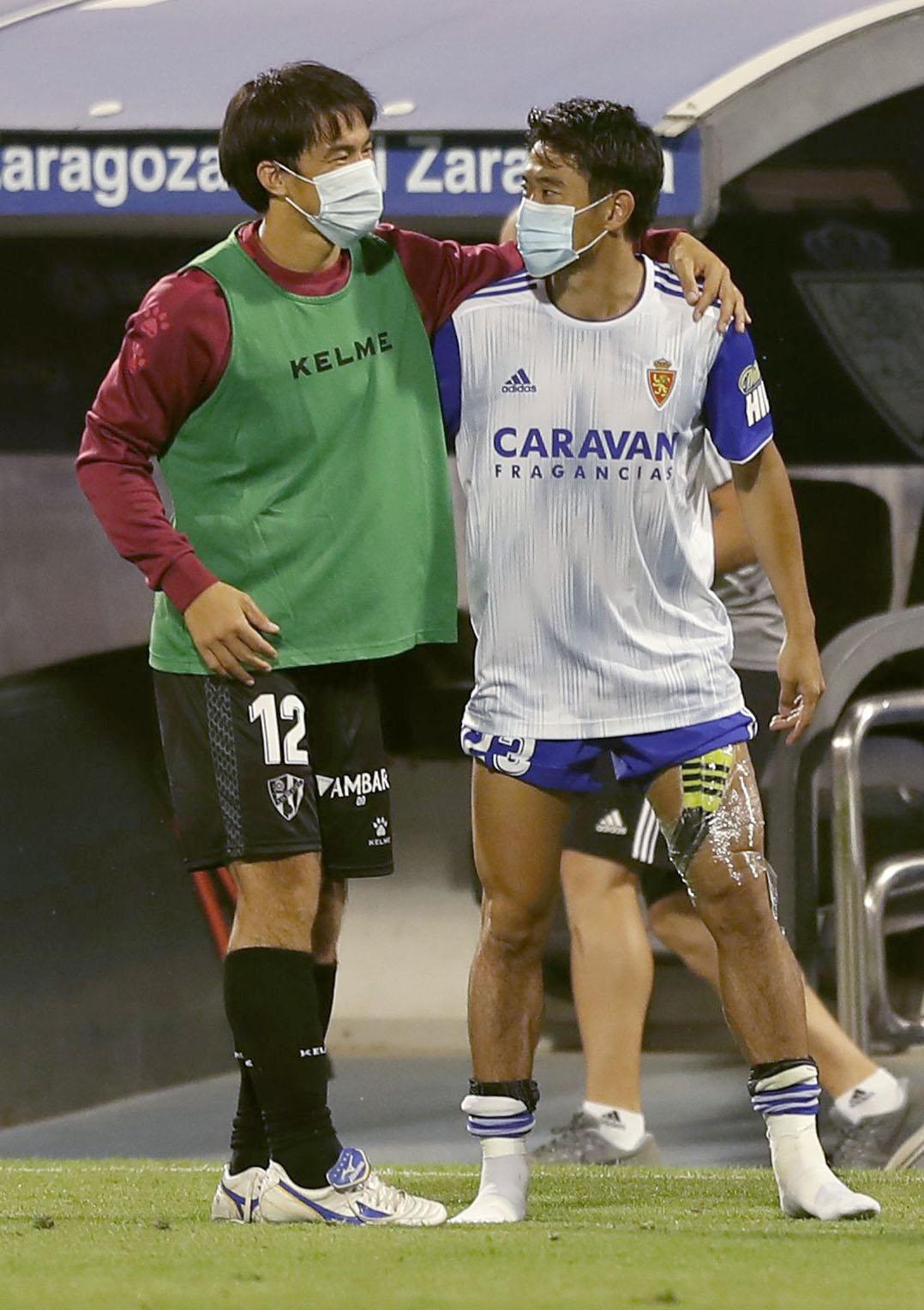 試合後、健闘をたたえ合うウエスカの岡崎(左)とサラゴサの香川(共同)