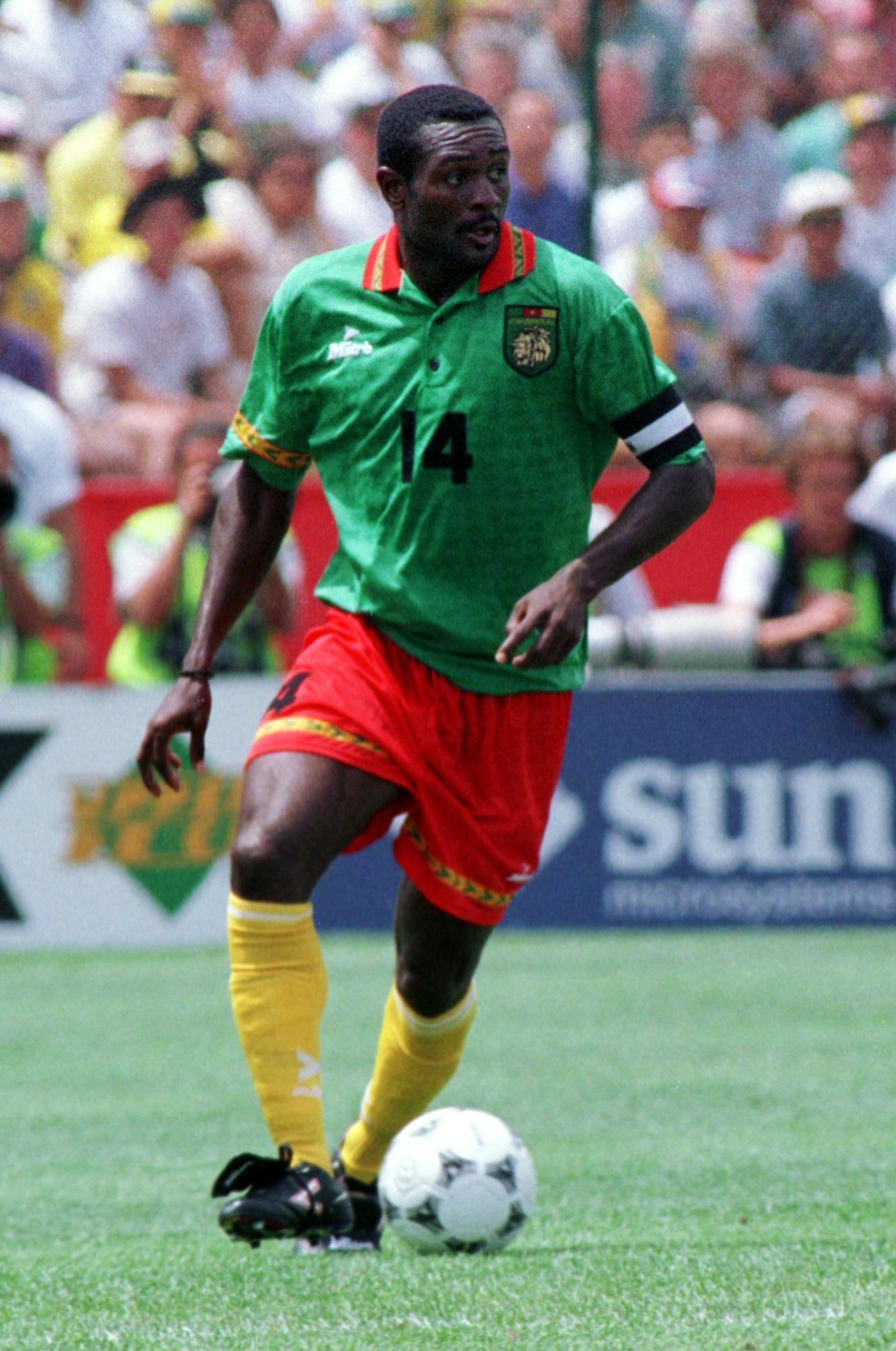 W杯米国大会ブラジル戦 ボールをキープするカメルーンDFステファン・タタウ氏(1994年6月24日)