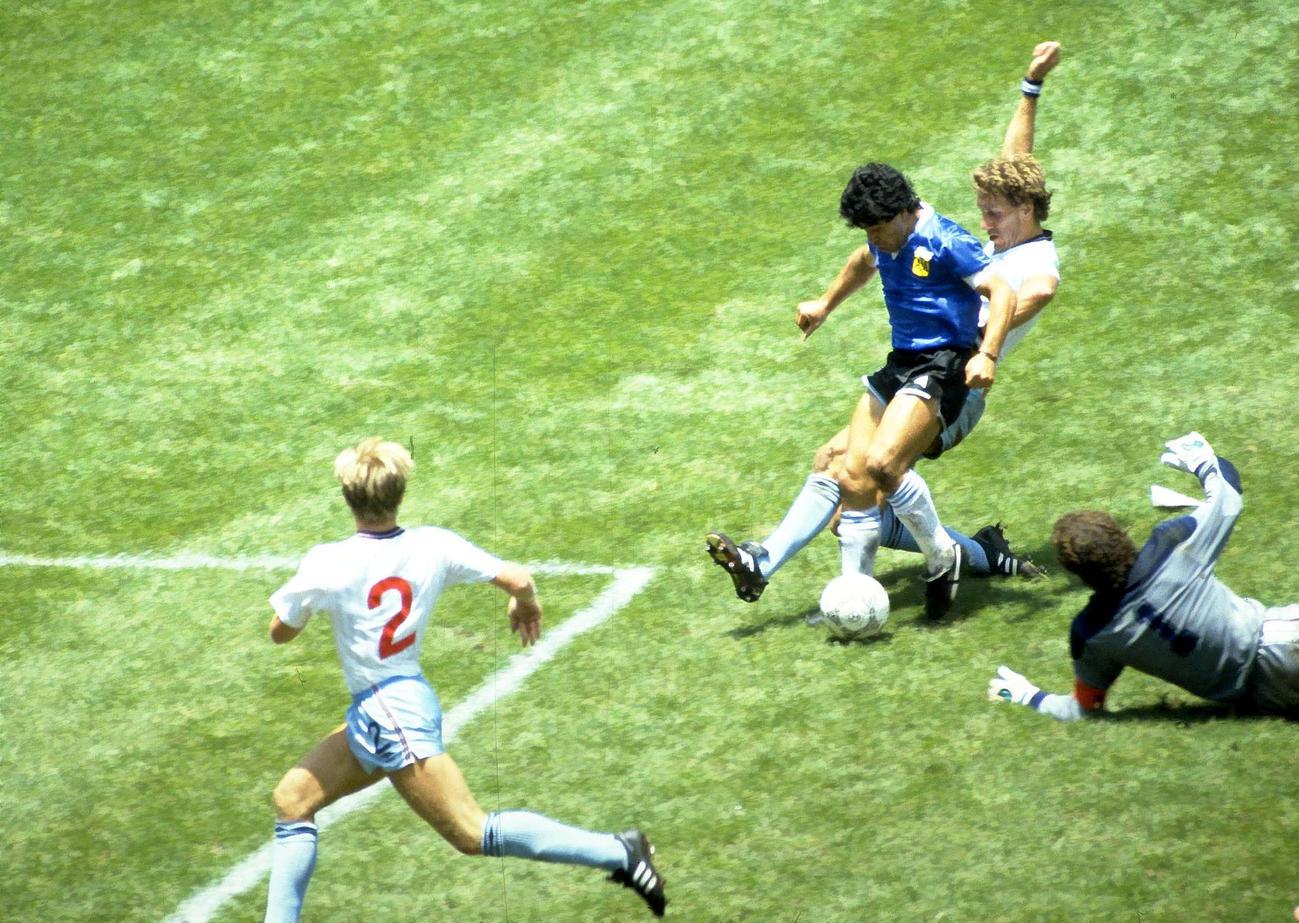 86年メキシコW杯イングランド戦で5人抜きゴールを決めるマラドーナ氏(ロイター)