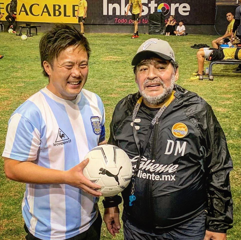 本家のマラドーナ氏(右)と対面を果たしたサッカー芸人のディエゴ・加藤・マラドーナ