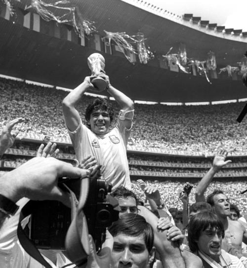 86年6月29日、W杯メキシコ大会で優勝しトロフィーを掲げるマラドーナさん(ロイター)