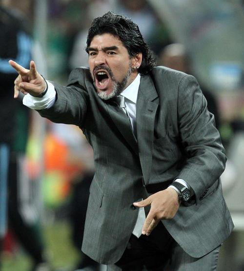 W杯南アフリカ大会決勝トーナメント1回戦 アルゼンチン対メキシコ 気合の表情でピッチの選手たちに指示を出すアルゼンチンのディエゴ・マラドーナ監督(10年6月・PIKO撮影)