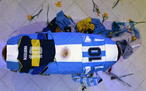 アルゼンチン・ブエノスアイレスの大統領府に安置されたマラドーナさんの棺(アルゼンチン大統領府=AP)