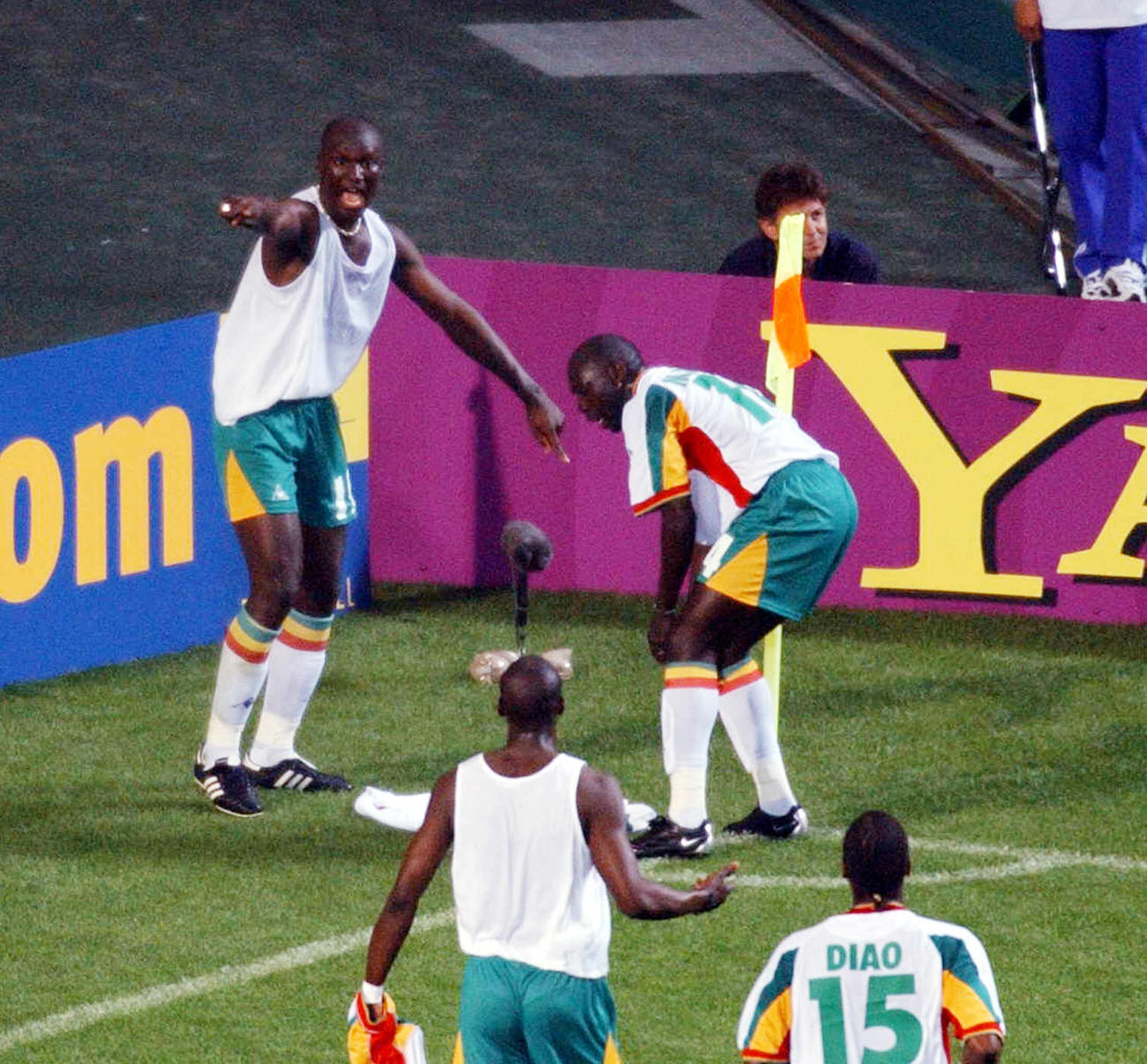 W杯日韓大会 フランス戦でブバ・ディオプ(左)が先制ゴールを挙げて大喜びのセネガルイレブン(2002年5月31日)