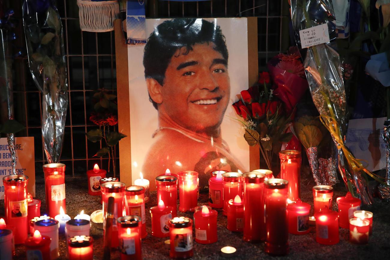 マラドーナ氏の死を悼み、ろうそくに火がともされた(AP)