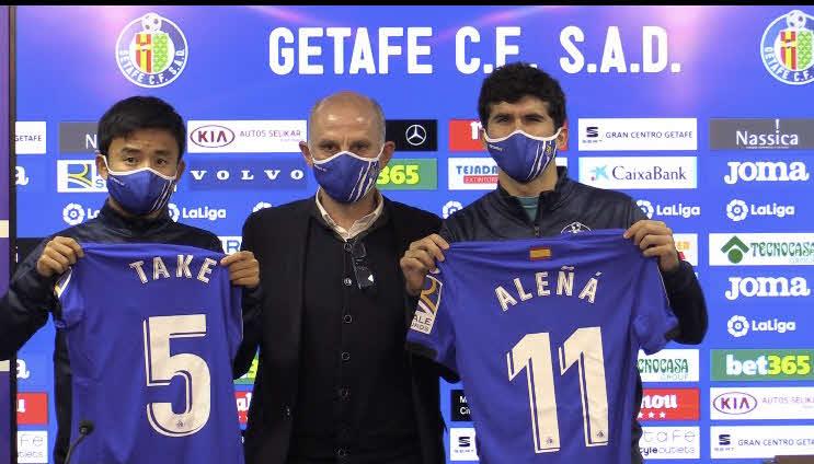 入団会見に臨んだ日本代表MF久保(左)、スペイン人MFアレニャ(クラブ提供)