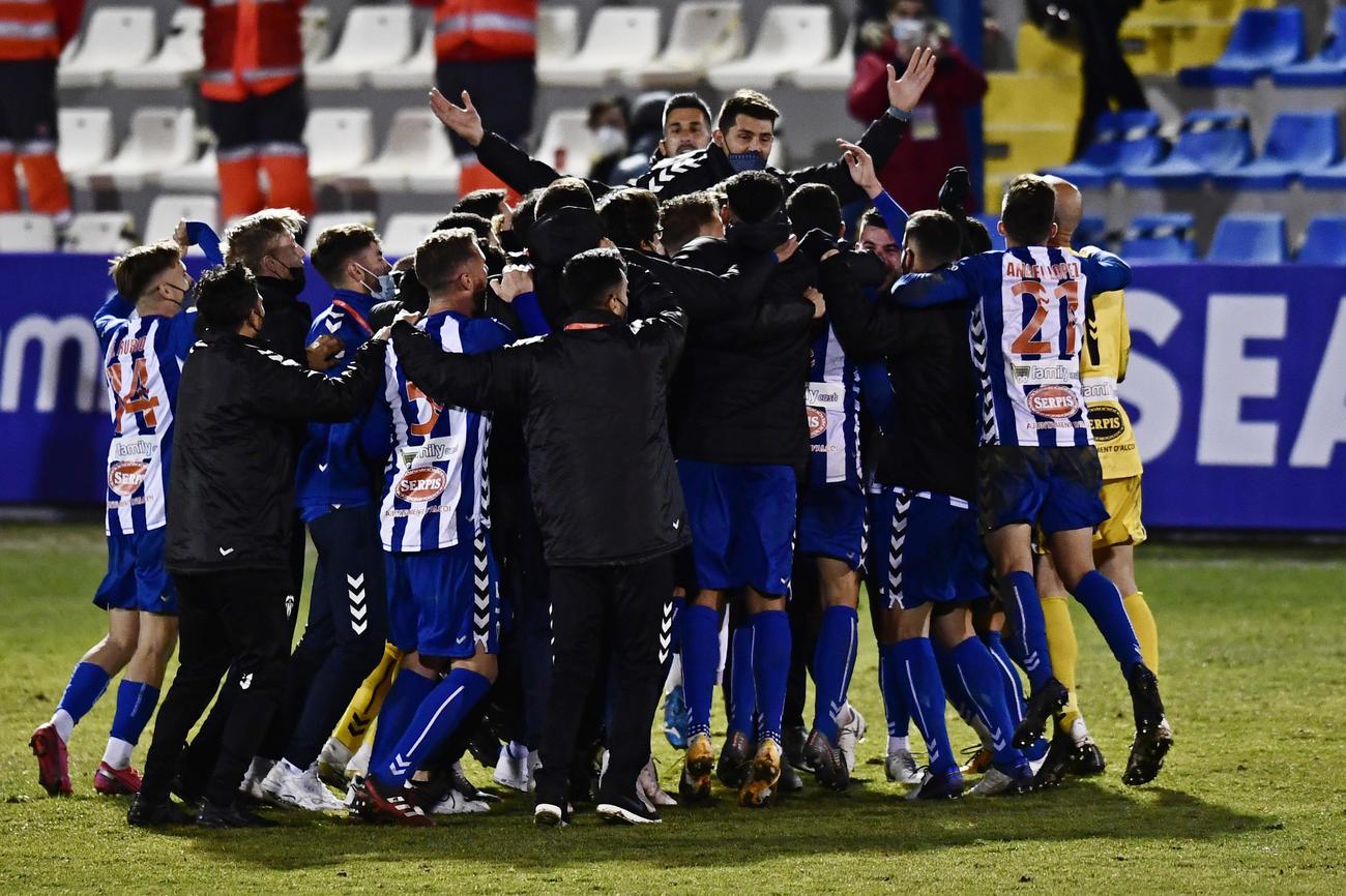 レアル・マドリードを破り、喜ぶアルコヤノの選手たち(AP)