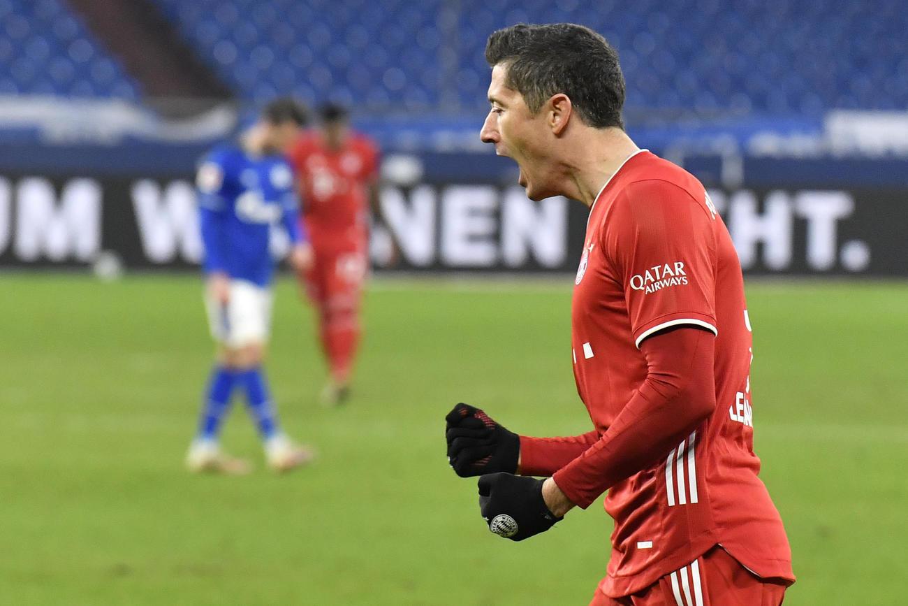 シャルケ対Bミュンヘン ゴールを決め、喜びを爆発させるFWレバンドフスキ(AP)