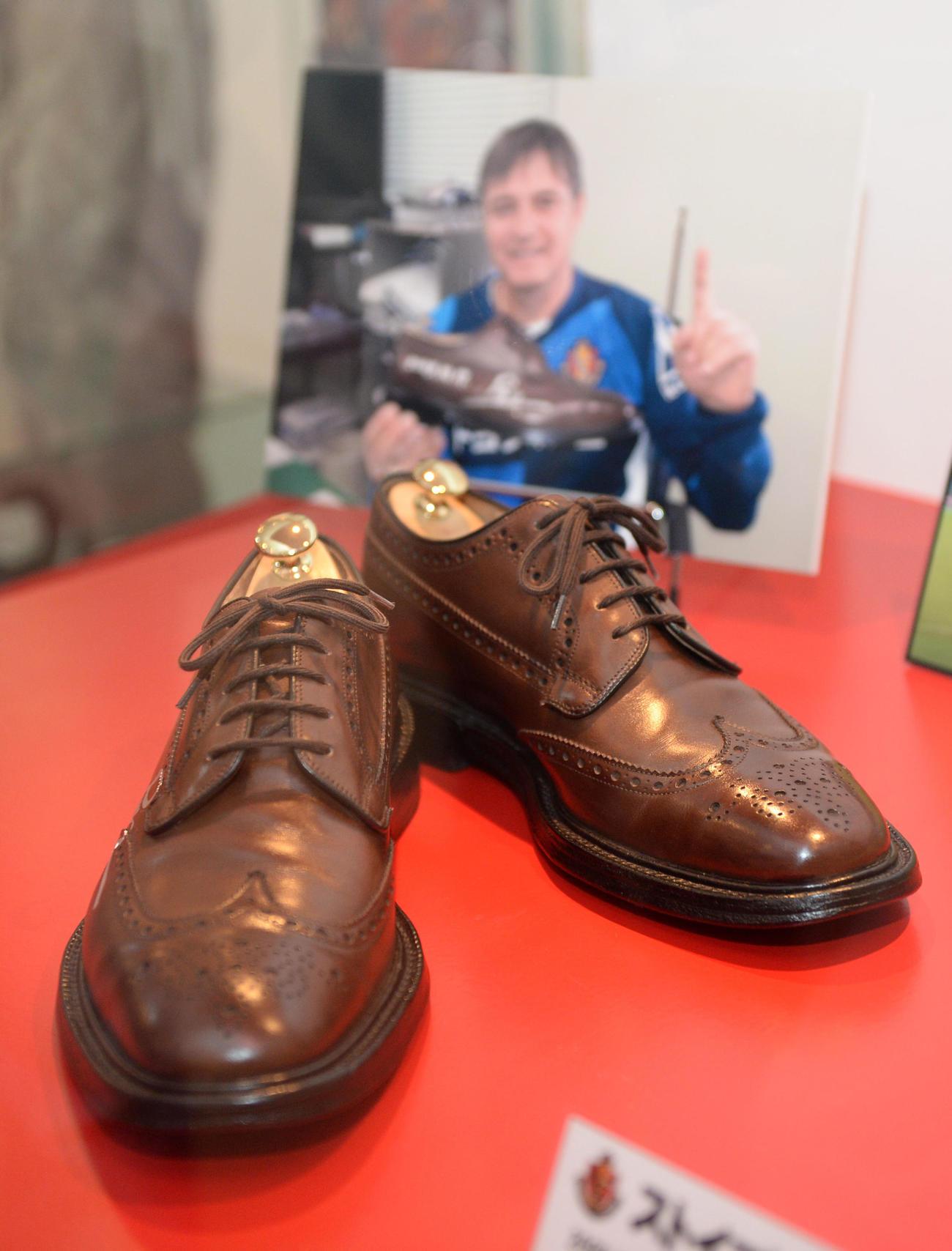 豊田スタジアムのギャラリーに展示されている名古屋・ストイコビッチ監督の革靴(2013年11月23日撮影)