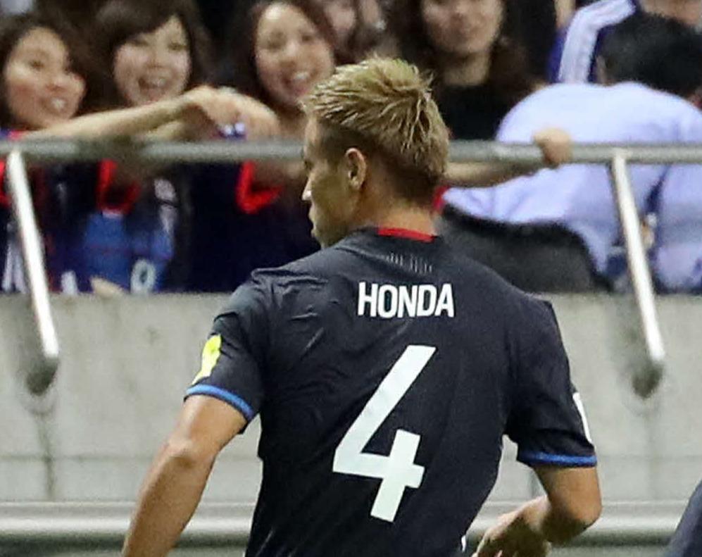 背番号4を背負ってプレーする日本代表時代のMF本田圭佑(16年10月6日撮影)