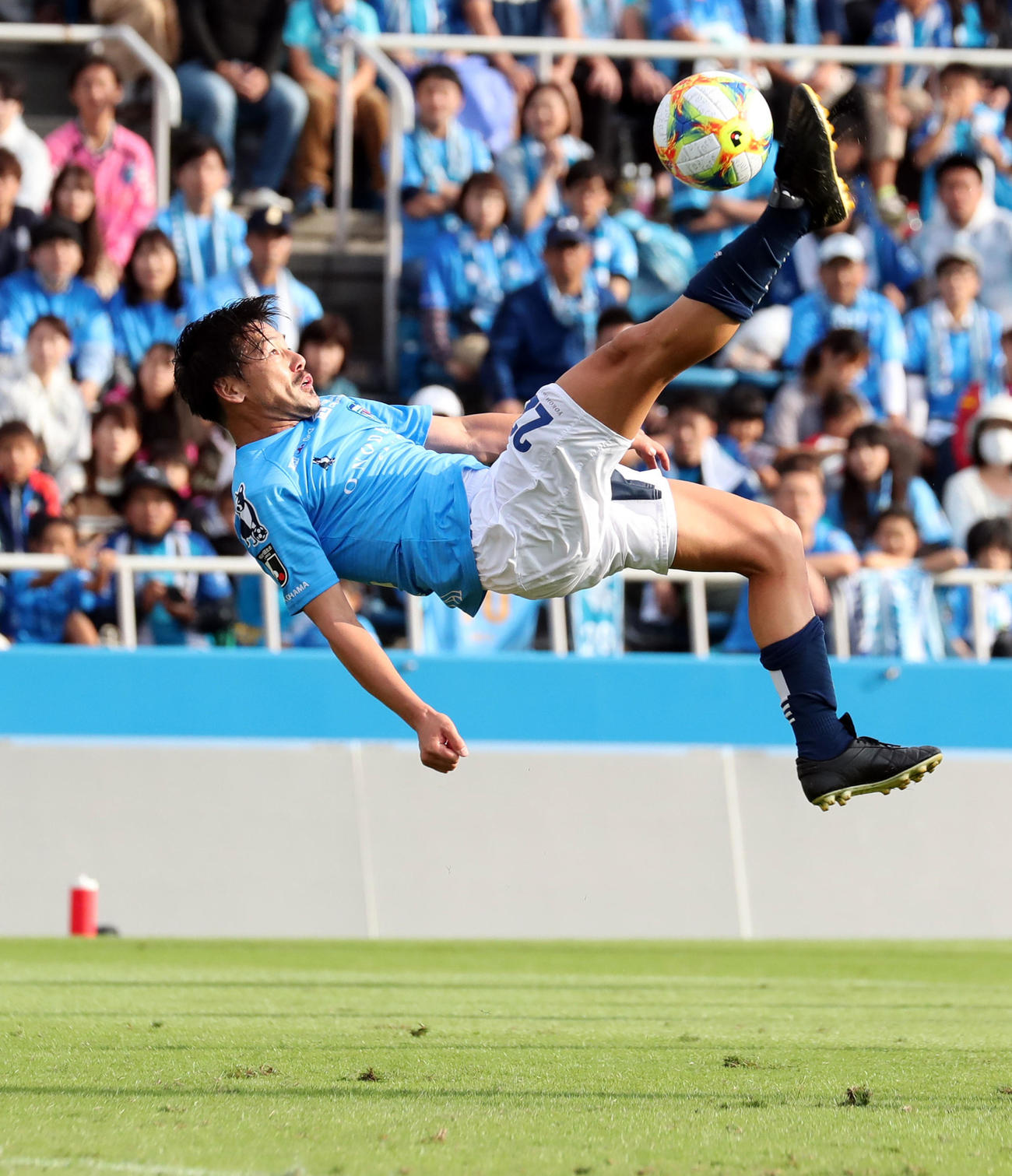オーバーヘッドキックでゴールを狙う横浜FC時代の松井大輔(2019年10月6日撮影)