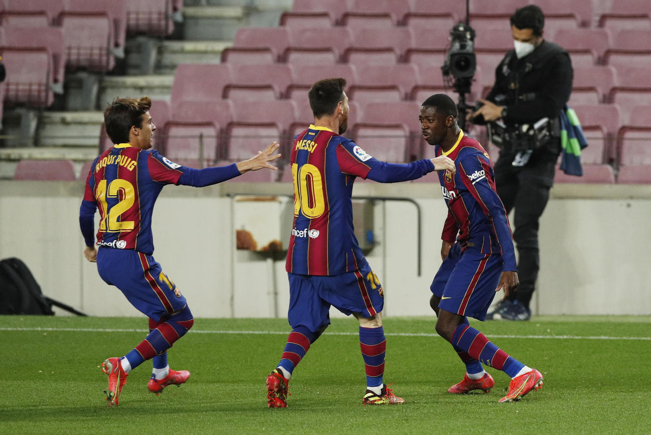 得点を決めたバルセロナFWデンベレ(右)を祝福するFWメッシ、MFプッチ(ロイター)