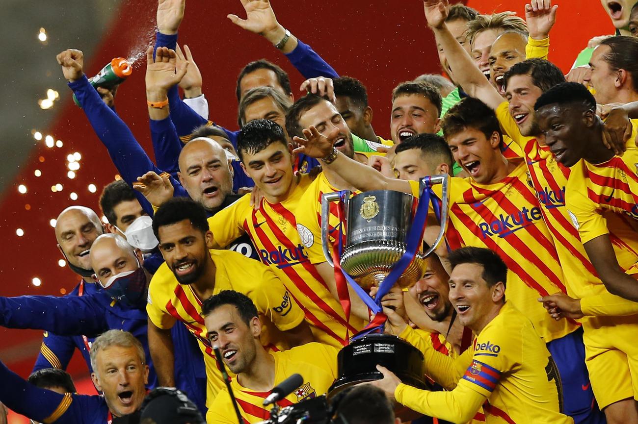 優勝トロフィーを掲げスペイン国王杯優勝を喜ぶFWメッシらバルセロナの選手たち(ロイター)