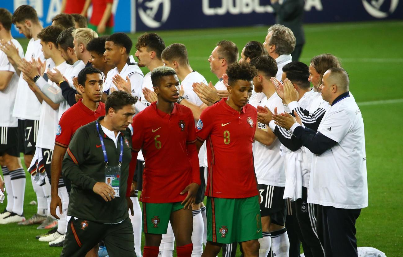 決勝で敗れ悔しそうな表情のU-21ポルトガル代表の選手ら(ロイター)