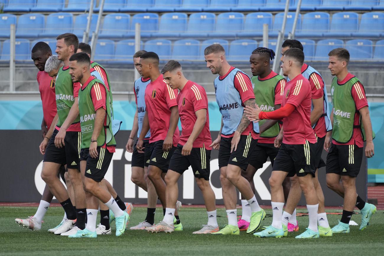 サンクトペテルブルクのスタジアムでウオーミングアップするベルギーの選手たち(AP)