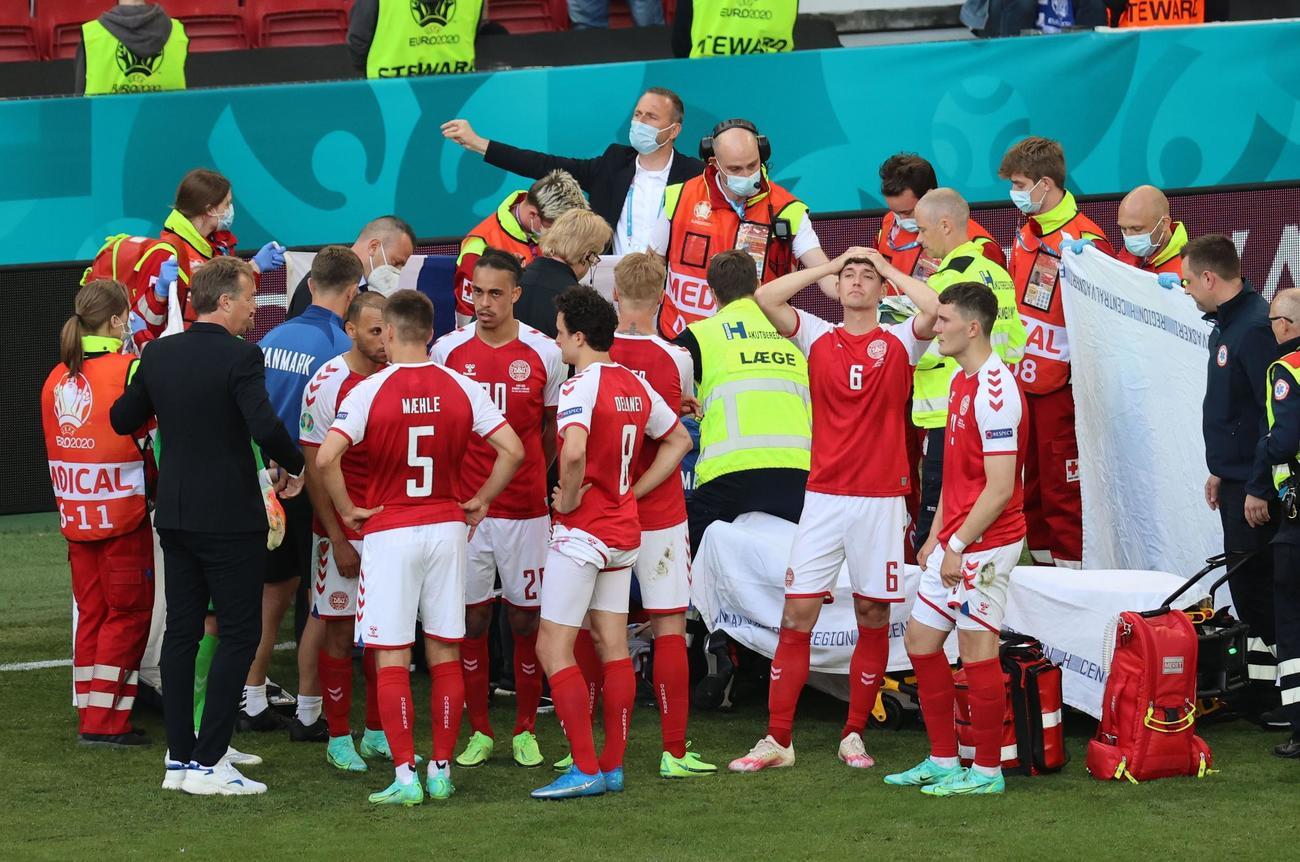 倒れたエリクセンを囲むデンマーク代表(ロイター)