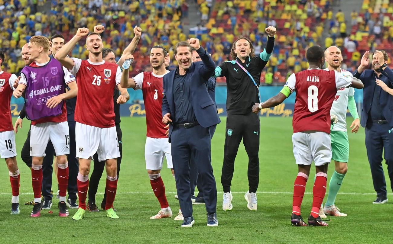 初の決勝トーナメント進出を決め、喜ぶオーストリアの選手ら(ロイター)