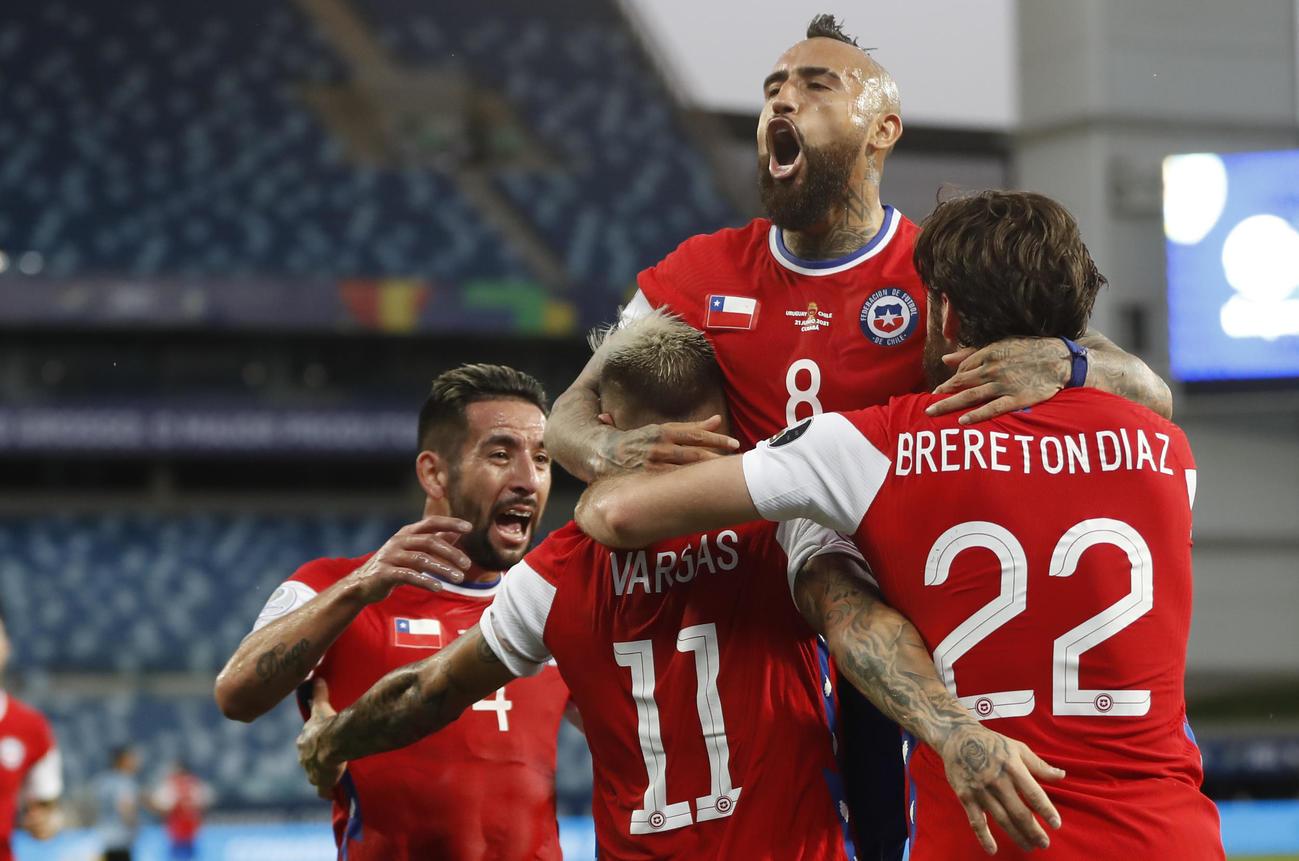 得点を挙げたバルガスを迎えるチリの選手(AP)