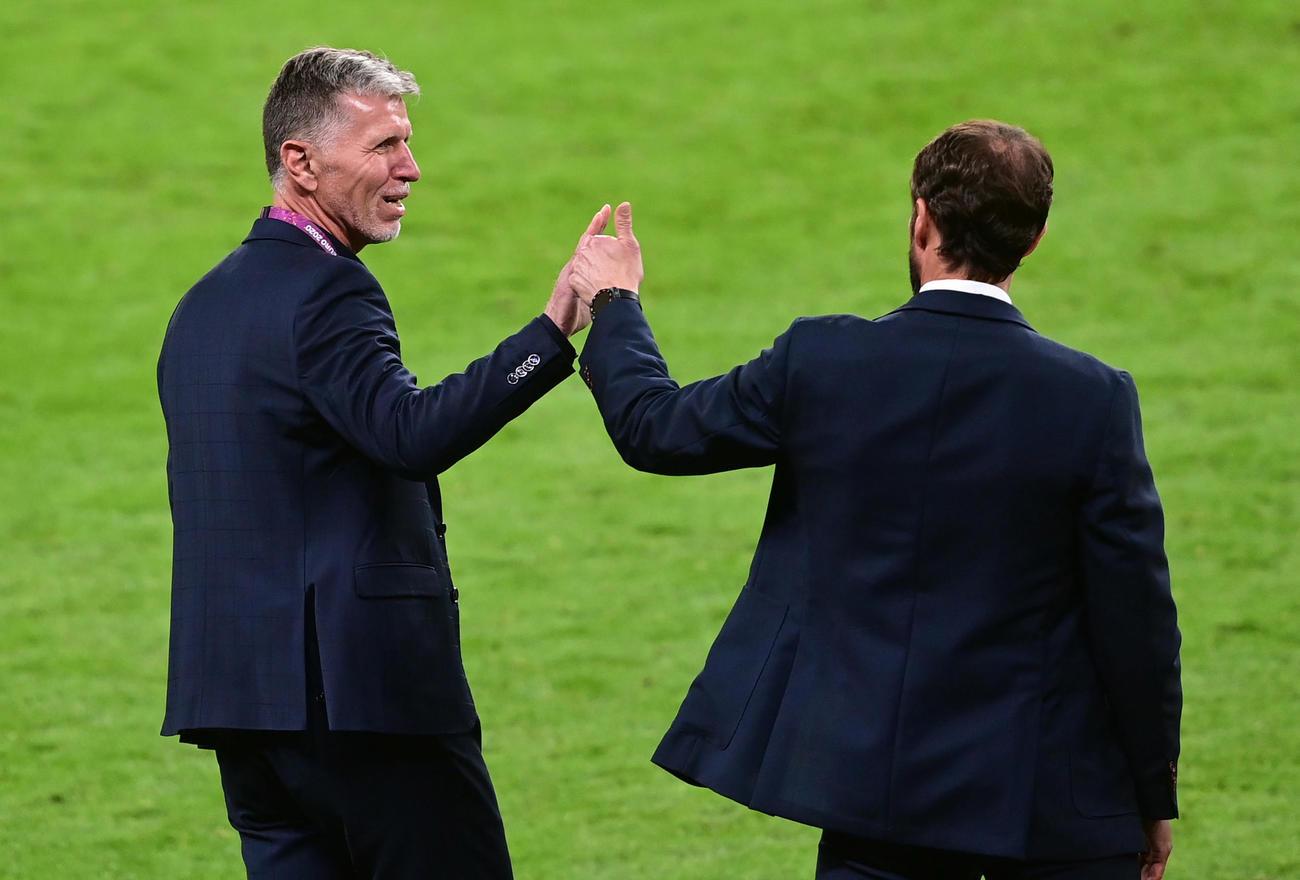 試合後、イングランドのサウスゲート監督(右)と握手するチェコのシルハビー監督(ロイター)