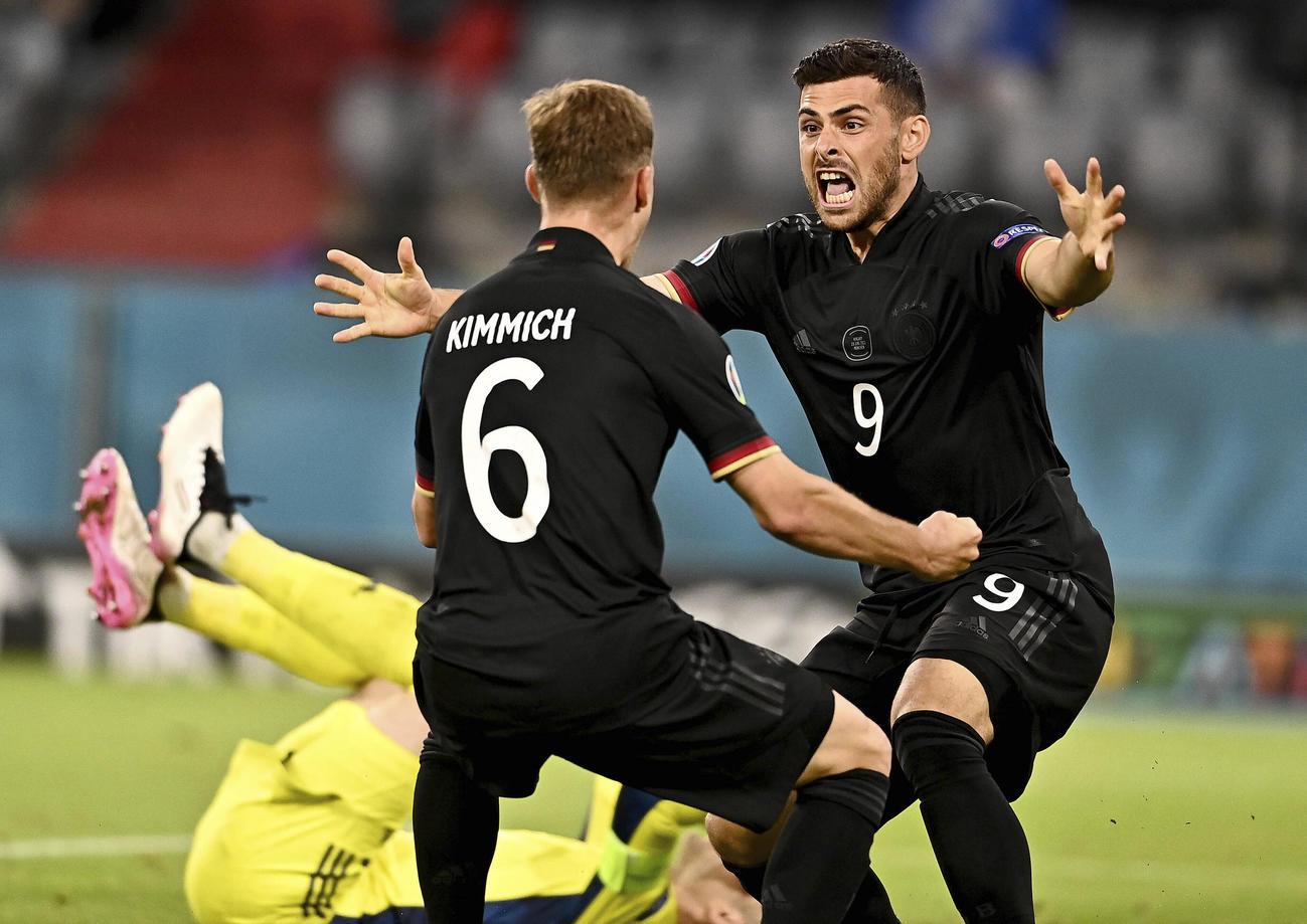 ハンガリー戦の後半、同点ゴールを挙げて喜ぶドイツのMFキミヒ(左)とFWフォランド(AP)
