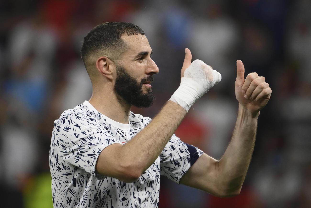試合後、ファンの声援に応えるフランスFWベンゼマ(AP)